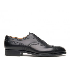 Medallion cap toe oxford shoe